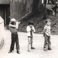 Broomhall Flats: three boys playing with toy rifles, July 1978 | Photo: Tony Allwright
