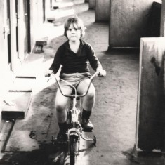 Broomhall Flats: boy on bike, July 1978 | Photo: Tony Allwright