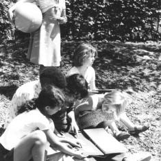 Children looking at Tony Allwright photo albums, June 1978 | Photo: Tony Allwright