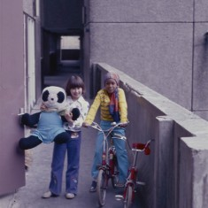 Two girls and a bear, Broomhall Flats. July 1978 | Photo: Tony Allwright