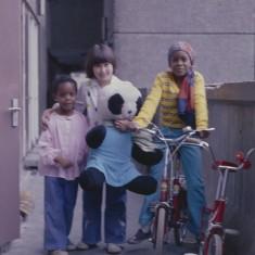 Three girls and a bear, Broomhall Flats. July 1978 | Photo: Tony Allwright