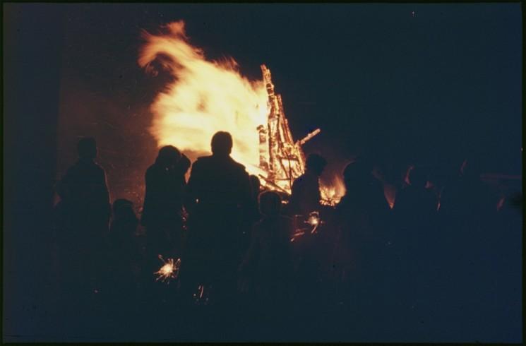 Bonfire night! Broomhall adventure playground, 5th November 1976 | Photo: Tony Allwright