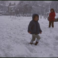 Little girls in snow, Broomhall Flats. February 1979 | Photo: Tony Allwright