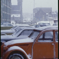 Cars outside Viners factory in the snow, February 1979 | Photo: Tony Allwright