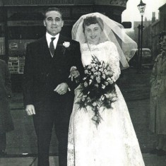 Bride Maureen Paramore with her father Frederick, 1959 | Photo: Maureen Giddings