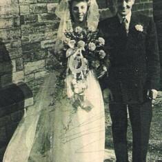 Bride Joyce Giddings with her father Bill. 1950 | Photo: Maureen Giddings