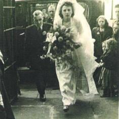 Bride Joyce Giddings arrives with her father Bill. 1950 | Photo: Maureen Giddings