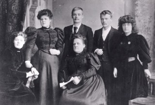 Edith Annie Dickinson (2nd from left) of 27 Broomhall Place. 1890s | Photo: Judith Gaillac