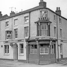 The New Inn, Ecclesall Road, at junction of Hanover Street. 1983 | Photo: SALS PSs21839 & Sheffield Newspapers