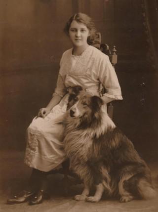Doris Hogan (aged 15) and her beloved dog Roy, 1915 | Photo: Suzanne Cam
