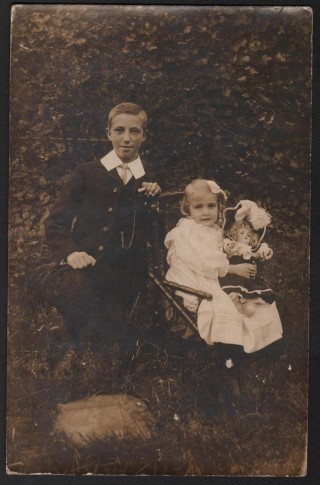 Doris Hogan and her brother Dennis Jr, 1903 | Photo: Suzanne Cam