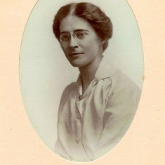 Milred Broomhead Colton-Fox (also known as Daisy, granny of Stain Alexander the donor) as a young woman. (1882-1978). She was daughter of Barnard Platts Broomhead Colton-Fox and Mary Broomhead Colton-Fox. Unknown year | Photo: Stian Alexander