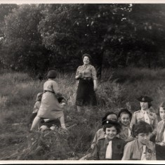 Dorothy Haythornthwaite with some of the guides in Bakewell. 1958 | Photo: Audrey Russell