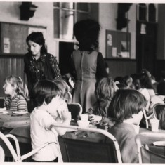 Children eating lunch. 1970s | Photo: Our Broomhall