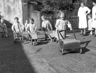Trolley & Wheelbarrow Play | Photo: Broomhall Nursery